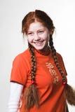把女孩长的可爱的红头发人编成辫子 免版税库存照片