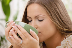 美丽的饮用的女孩茶 免版税库存图片