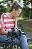 女性做的通知单摄影师 免版税库存图片