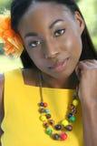 非洲愉快的微笑的妇女黄色 免版税库存照片