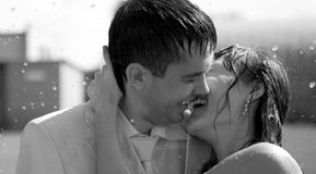 夫妇亲吻的雨 库存图片