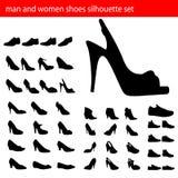 人穿上鞋子剪影妇女 库存图片