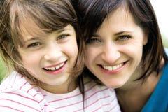 女儿母亲纵向 免版税库存照片