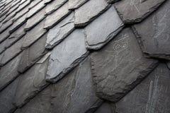 变老的长菱形的石盖瓦 免版税库存照片