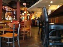在餐馆里面的棒 免版税库存照片