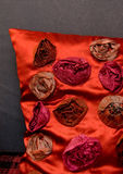 枕头红色沙发 库存图片