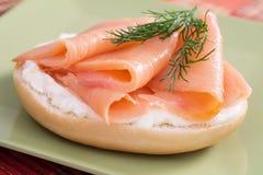 百吉卷干酪奶油熏鲑鱼 库存图片