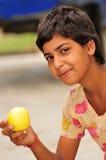 金黄苹果的女孩 免版税库存照片