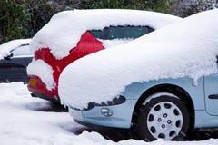 автомобили покрыли снежок Стоковое фото RF