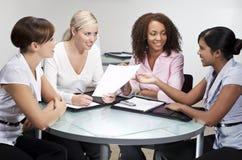 女实业家四见面的现代办公室 免版税图库摄影