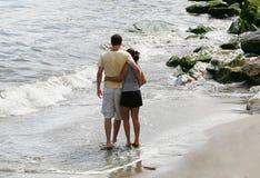 海滩夫妇年轻人 图库摄影