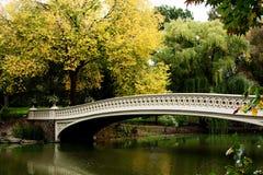桥梁在风景的秋天湖 免版税库存照片