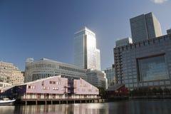 黄雀色伦敦摩天大楼码头 库存图片