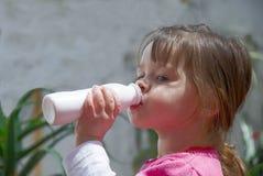 饮用的女孩少许酸奶 库存照片