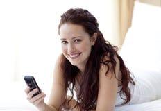 发送微笑的文本妇女的河床 免版税库存照片