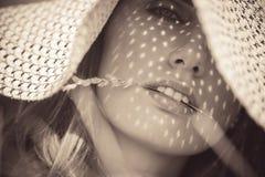 Νέα γυναίκα σε ένα πορτρέτο καπέλων Στοκ Εικόνες