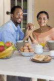 Συνεδρίαση ζεύγους αφροαμερικάνων που έχει το πρόγευμα Στοκ Εικόνα
