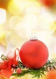 Εορταστική κάρτα Χριστουγέννων με το κόκκινο μπιχλιμπίδι Στοκ Εικόνες