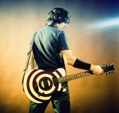 吉他人纵向 库存照片