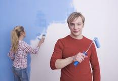夫妇绘画围住年轻人 免版税库存图片