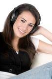 对妇女年轻人的查出的听的音乐 免版税库存图片