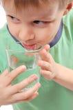 男孩饮用水 免版税库存照片