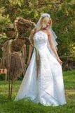 室外的新娘 免版税库存图片