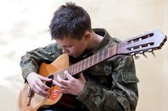 男孩吉他侦察员 库存照片
