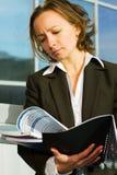 女实业家读取报表 免版税图库摄影