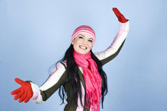给微笑的冬天妇女穿衣 库存图片