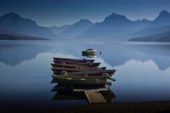 蓝色小船安静靠码头的湖山 免版税库存照片