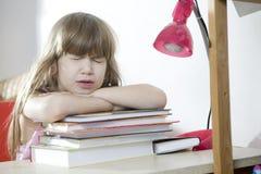 逗人喜爱的执行的女孩家庭作业少许 库存照片