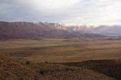 亚利桑那峭壁横向朱红色 库存图片