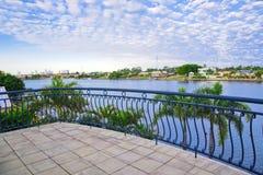 从江边豪宅的阳台视图 免版税库存照片