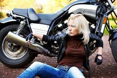 大白肤金发的摩托车 免版税库存图片