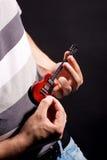传神滑稽的吉他激情球员 免版税库存图片