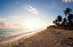 热带海滩的日出 免版税库存图片