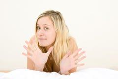 少年白肤金发的打手势的女孩 免版税库存照片