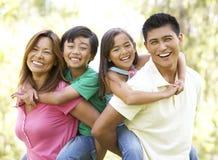 Οικογένεια που απολαμβάνει την ημέρα στο πάρκο Στοκ Εικόνα