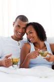 富感情的夫妇杯子饮用的茶 免版税库存照片