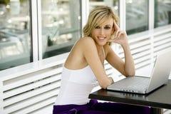 美丽的计算机愉快的膝上型计算机妇&# 免版税库存照片