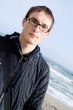 玻璃英俊的人年轻人 免版税图库摄影