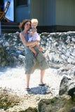 Мать и младенец на пляже Стоковое Изображение RF