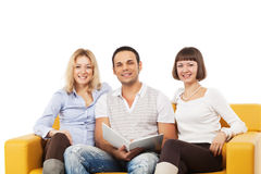 усмехаться людей сидя совместно детеныши Стоковое Фото