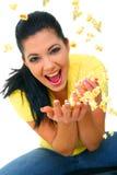 女孩玉米花相当投掷的年轻人 库存照片