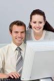 帮助她的同事的确信的女实业家 免版税库存图片