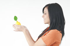 女孩用柠檬 免版税库存照片