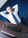 放松生意人成熟的办公室 免版税库存图片