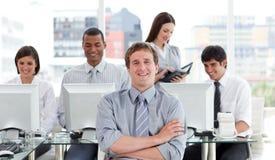 企业纵向成功的小组工作 库存图片