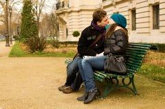 夫妇亲吻的爱年轻人 库存照片